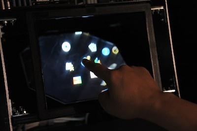 ディスプレーの枠の中に指を触れると、超音波による振動が伝わってくる。指の位置は枠にあるセンサーで検出している