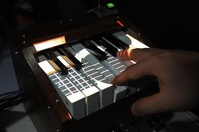 「HapTONE」は、鍵盤を押す時の感触を変えられるキーボード。例えばギターなら、弦をはじく時の感触が鍵盤を通じて伝わってくる。再現している楽器が鍵盤上に投影される