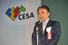 授賞式開催にあたってあいさつする岡村秀樹CESA会長