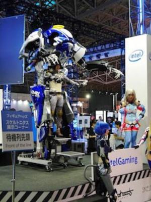 フィギュアヘッズのコーナーにあるスケルトニクス体験コーナー。手足を動かすとそれに合わせてロボットが動く。参加条件は小学生以上で身長180㎝未満であること