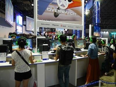 世界中でeスポーツ大会が開催されているOVERWATCHの試遊コーナー。試遊待ちの行列も長かった