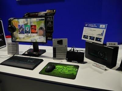 中央に見えるのがNUCと呼ばれる小型パソコン。小さいがCore i7を搭載し、高性能グラフィックスボードを搭載したドッキングステーションと接続して最新のPCゲームを楽しめる