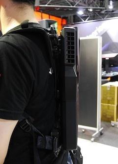 ノートPCのような薄型で、パソコン部分とハーネス部分の間には空間がある