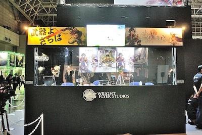 グリーブースに特設されたニコ生配信スタジオ。放送ブースの様子を観戦しながら、生放送中の番組を楽しめる