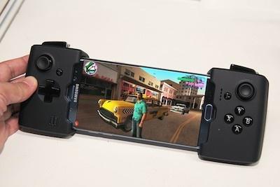 ゲームパッドGAMEVICEの、未発売Galaxy S6 edge対応モデル。Galaxy S6 edgeの曲面ディスプレーに装着するとものすごく次世代ゲーム機っぽい