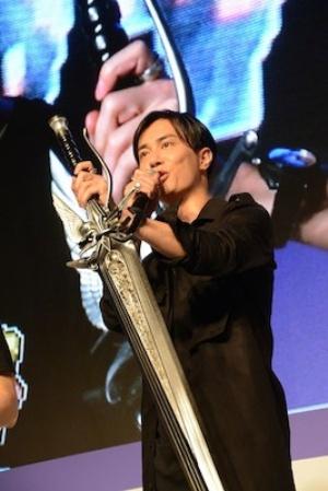 声優の鈴木達央さんはスクエア・エニックスから借りたという「ノクトの親父の険」をもって登場
