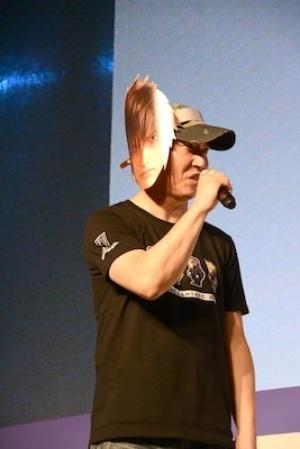 アニメーション作品のプロデューサーである大藤昭夫さんは、鈴木達央さんが演じるノクティスのキャラクターが描かれたお面をつけて登場
