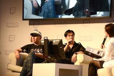 大藤さんは鈴木さんのことを「たっつん」と呼び合う仲。二人は終始リラックスしたムードで作品を語っていた