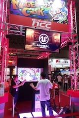 新潟コンピュータ専門学校で展示している『MAGELCREEK』。画面上の絵の具を手で掴み、画面中心の円に入れて混ぜ合わせていくゲーム。操作にKinectを利用していた