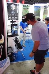 北海道情報専門学校のVRレースゲーム『JET RIDER』。VRに「Oculus Rift」、操作にKinectを使い、ほかのゲームにはない没入感を実現しているという