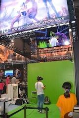 TCA 東京コミュニケーションアート専門学校は『リズムタクト』と呼ぶVRリズムゲームを出展。試遊の様子をモニターで表示していた