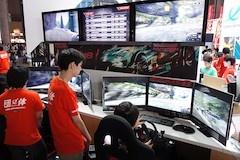 日本電子専門学校で展示している『Aim8 Aimracing8』というレースゲーム。3枚のディスプレイを使った大型コクピットを2台設置している。タイムアタック大会を開催しており行列ができていた