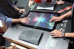 日本電子専門学校の『COREⅡ』は、スライドやダブルタッチで画面上のボールを操作し対戦するゲーム
