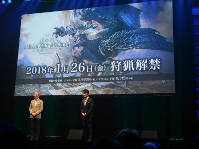 カプコン『モンスターハンター:ワールド』のプロデューサーの辻本良三氏が、盛田氏から「おかえりなさい」との言葉に迎えられて登壇。『モンスターハンター:ワールド』に合わせて、PS4の数量限定モデル「PlayStation 4 Pro MONSTER HUNTER: WORLD LIOLAEUS EDITION」が発売されることも発表した