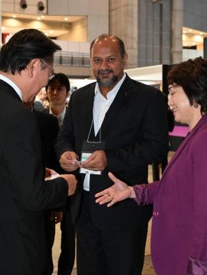 笑顔で名刺交換に応じるゴビン・シン・ディオ大臣