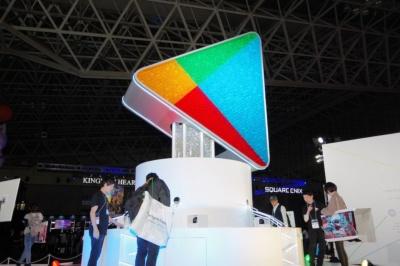 Google Playブースには、豪華賞品の当たる巨大ガチャが設置されている。よく見ると中にはカプセルが満載