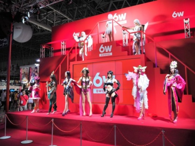 6waveのブースでは、同社のゲームキャラクターに扮したコスプレイヤーが多数登場するステージを披露