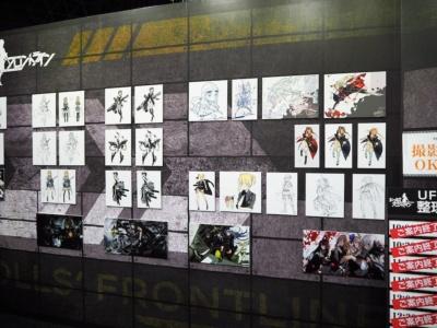 ゲームキャラクターのパネルに加え、原画やキャラクターグッズなどの展示が充実している