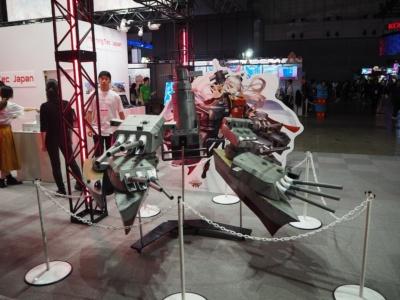 MorningTec Japanのブースには、『アビスホライズン』のキャラクターが装着する武器の実物大模型が展示されていた