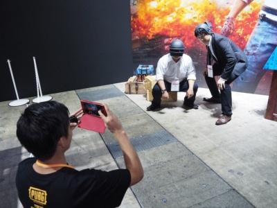 ゲーム中最強のヘルメット「スペツナズヘルメット」をつけて記念写真を撮影してもらえるフォトスポットも