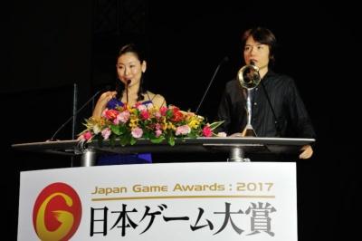 「ゲームデザイナーズ大賞」の審査員長を務める桜井政博氏(右)