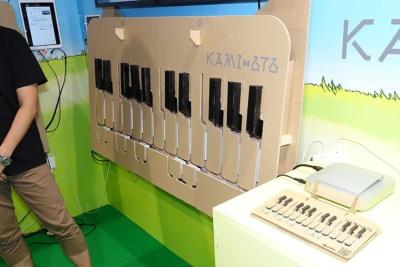 ユードーのブースには巨大なKAMI-OTOも展示され、実際に音楽が奏でられる