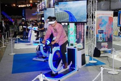 VRコンテンツでは異色の、実際にペダルを漕いで進む「TIME CYCLE」。VR空間内に配置された高層ビル街のコースを駆け抜ける
