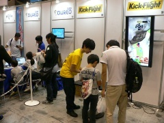 子ども向けプログラミング学習サービス『キュレオ』(左)と、スマホ用アクションゲーム『キックファイト』のキッズ用体験版が遊べるコーナー(右)