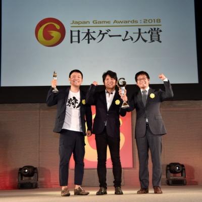 大賞を受賞した「モンスターハンター:ワールド」のカプコンの辻本良三プロデューサーら(写真提供:TGS公式)