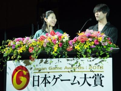 「アマチュア部門」発表授賞式の司会進行は、鷲崎健さんと前田美咲さん