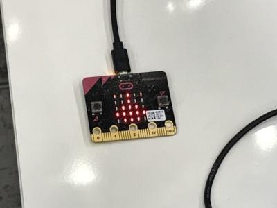 マイクロビット。英国放送協会(BBC)が中心となって開発した小型コンピュータ。英国ではすでに100万人の小学生がマイクロビットを使って遊んでいるという