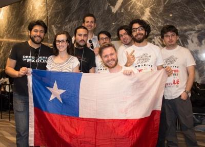チリのゲーム関係者が集まって撮影。左から2番めがモーリンさん。どこからか国旗を持ってきてくれたIguanabee(イグアナビー)のダニエルさんはセンターで満面の笑み