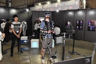 東京ゲームショウ2016の企画展示「エンタテインメントの未来」に出展された「シナスタジア・スーツ2.0」の体験の様子