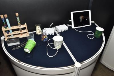 紙コップに砂やビー玉を入れるときの触感を再現する「TECHTILE toolkit(テクタイル・ツールキット)」(東京ゲームショウ2016の展示より)