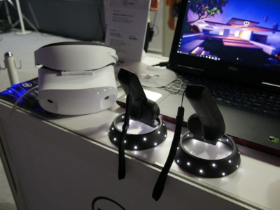デルのWindows MR対応ヘッドセット「Dell Visor」とコントローラー。本体前面に2つのカメラがついている