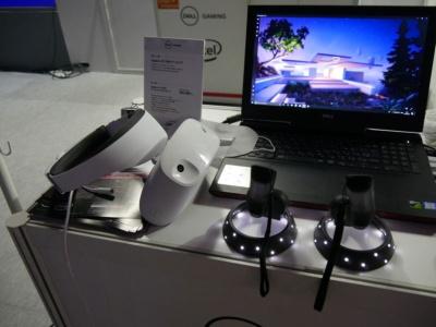 ヘッドバンド部分から本体をはね上げて、すぐに外を見られる。体験プレーで使用したパソコンは、同時に発表されたInspironブランドの「New Inspiron 15 7000 ゲーミング」。Windows MR対応パソコンだ