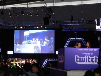 eスポーツの大会のステージの脇には、「Twitch」の実況席が用意されていたのだ