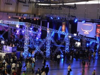 eスポーツの大会ステージを上から見たところ。写真の左側に、配信用の設備があることがわかる
