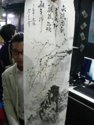 本作のスタッフに持っていただいて撮影した、ゲームに実際に使用した水墨画のうちの一枚