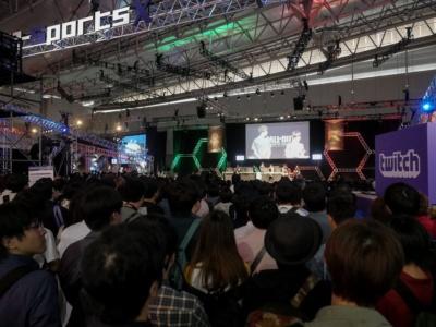 展示ホール11・特設会場「e-Sports X(クロス)」ブルーステージは、試合開始数十分前からこの賑わい