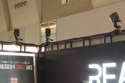 装置のキモとなるのが、複数のモーショントラッキングカメラ。低遅延かつ誤差の少ないシステムを、京都大学出身の日本人エンジニアが率いる多国籍の開発者チームが深センで開発したという