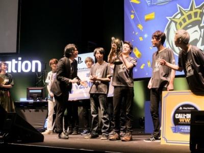 優勝したのは、Libalent Vertex。優勝トロフィーの重さを実感する選手たち