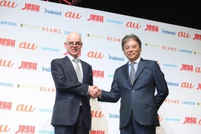 一般社団法人日本eスポーツ連合会長岡村秀樹氏(右)、そしてオランダ駐日大使アルト・ヤコビ氏(左)。