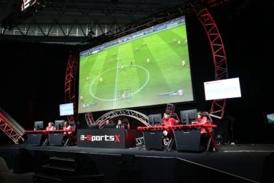 試合光景。ゲーム内の赤と白のユニがフゥェイエノールト。浦和レッズはアウェイユニの黄色を着用している。