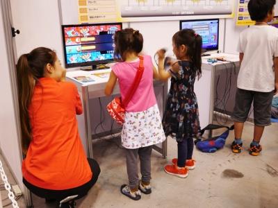 小学校低学年の子どもや、女の子の参加者も多い。真剣でありつつもノリノリで楽しんでプレーしている子どもが多かった