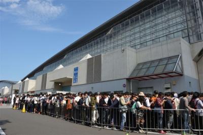 東京ゲームショウの最終日の朝の様子。年一度の東京ゲームショウを楽しみにするゲームファンの行列ができていた