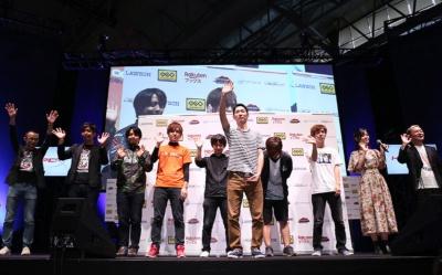 東京ゲームショウ2018会場で人気対戦格闘ゲーム『鉄拳7』の大会が開催され、破壊王選手(写真中央)が勝利した