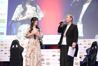 大会ゲストとして声優の小野坂昌也さんと原由実さんが登場し、開戦コールやプレゼンターなどを務めた
