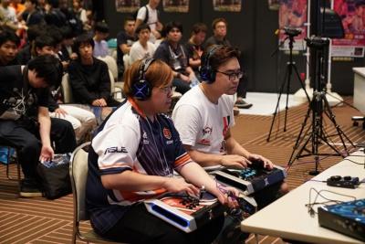 「レッツゴージャスティン」でお馴染みのジャスティン選手(写真左)と韓国のNL選手。勝てば本戦出場が決まる試合を配信台で対戦中