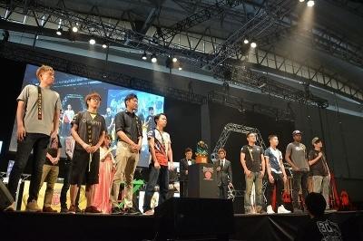 今回は8人の招待選手が招かれた。左からボンちゃん選手(日本)、ふ~ど選手(日本)、ネモ選手(日本)、ときど選手(日本)、GamerBee選手(台湾)、NuckleDu選手(米国)、Snake Eyez選手(米国)、Xian選手(シンガポール)